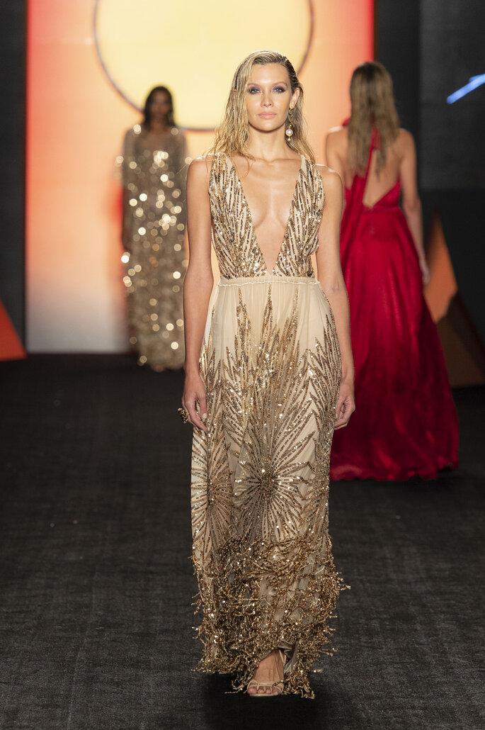 Vestido de fiesta escote profundo color perla con aplicaciones y lentejuelas doradas