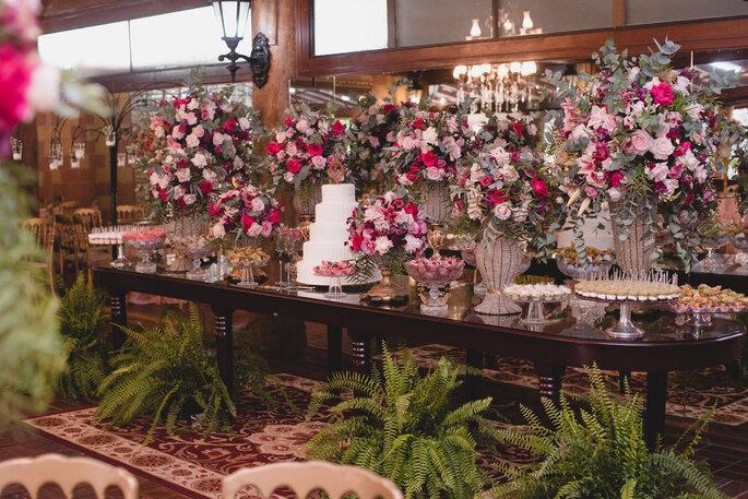 Mesa do bolo e doces de casamento