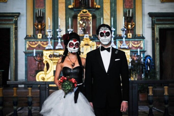 Ideas para una boda inspirada en el Día de los Muertos - Foto Urban Shutter Bug Photography en Rock n Roll Bride