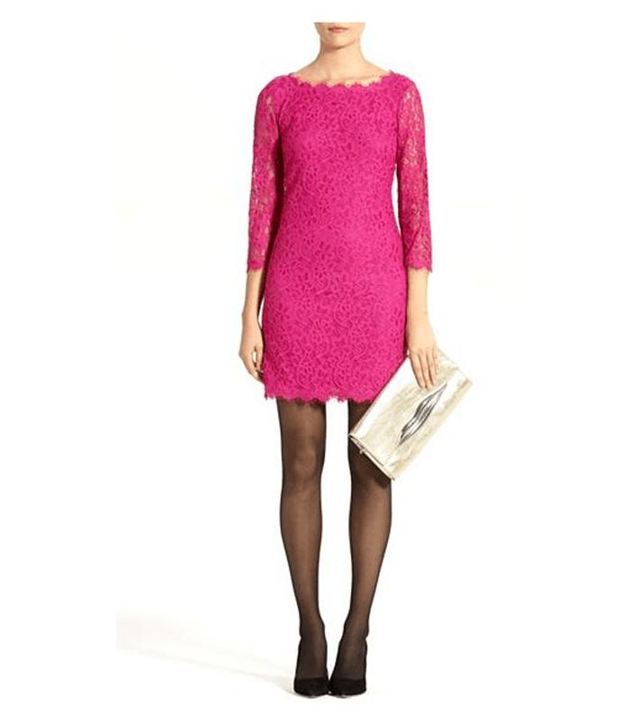 Vestido corto en color rosa intenso con cuello extendido, mangas tres cuartos y detalles de encaje - foto DVF