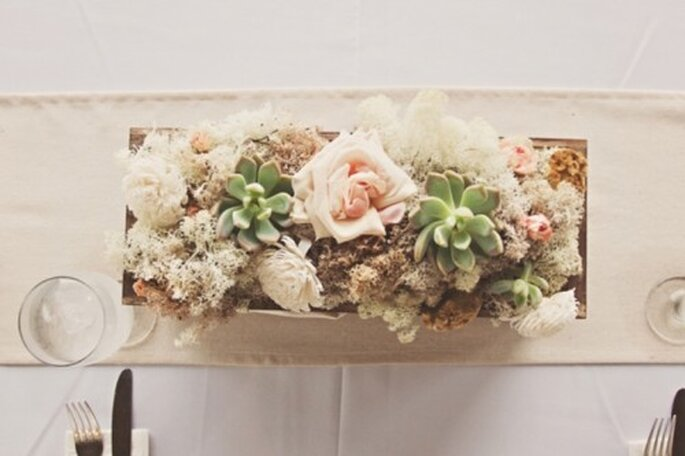 Centros de mesa con flores en tonos delicados y matices en color nude - Foto J. Layne Photography