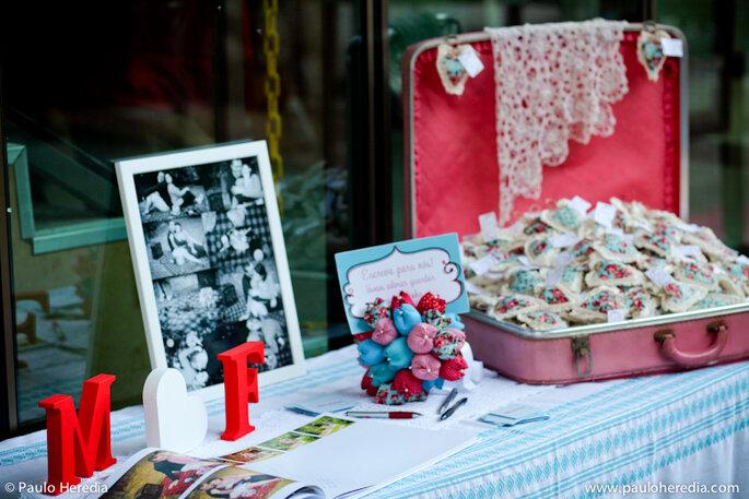 Letras de madera, fotografías y objetos personales reemplazan a las flores en la decoración. Foto: Paulo Heredia