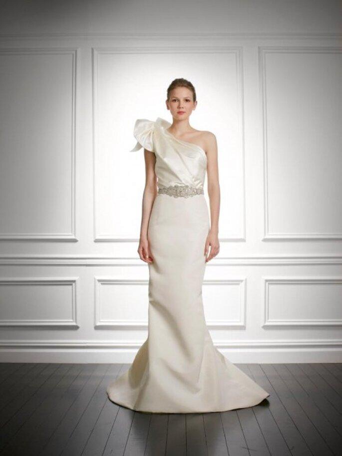 vestido de novia 2014 con escote asimétrico y detalle XL - Foto Carolina Herrea