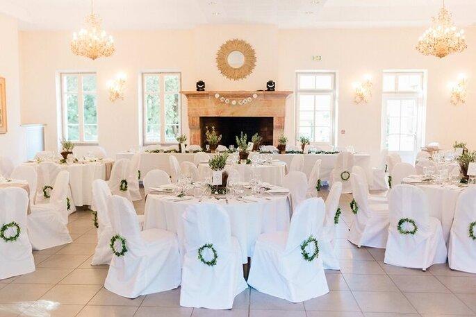 Salle de réception décorée tout en blanc pour un mariage