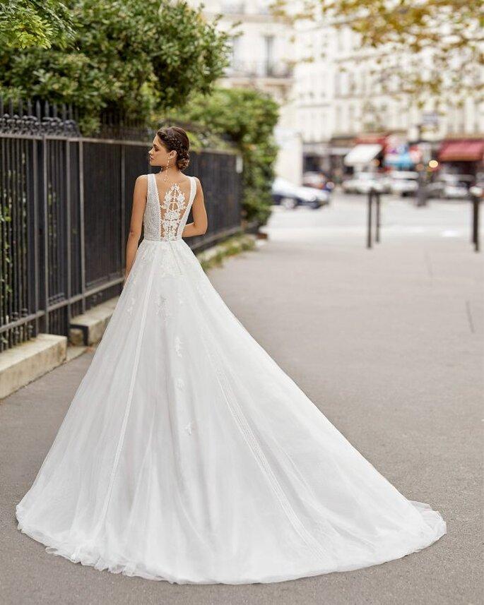 Espalda de vestido tipo ilusión con bordados elaborados