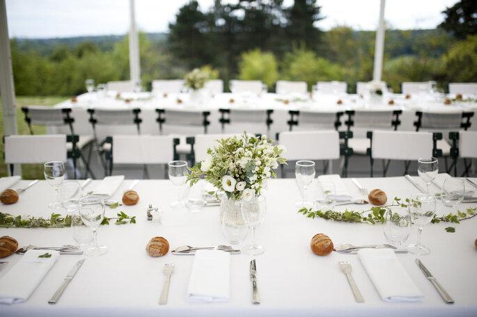 Délices Éphémères - Table blanche décorée pour un mariage en extérieur avec un bouquet de fleurs des champs