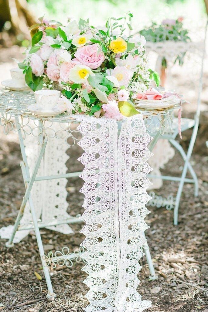 Un montaje súper romántico con telas y flores en color rosa - Foto Avec L'Amour Photography