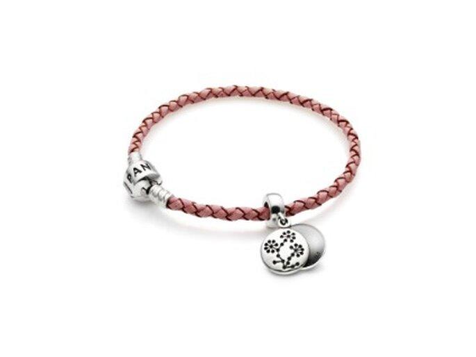 Pulsera de piel trenzada en color rosa y dos nuevos abalorios solidarios Pandora