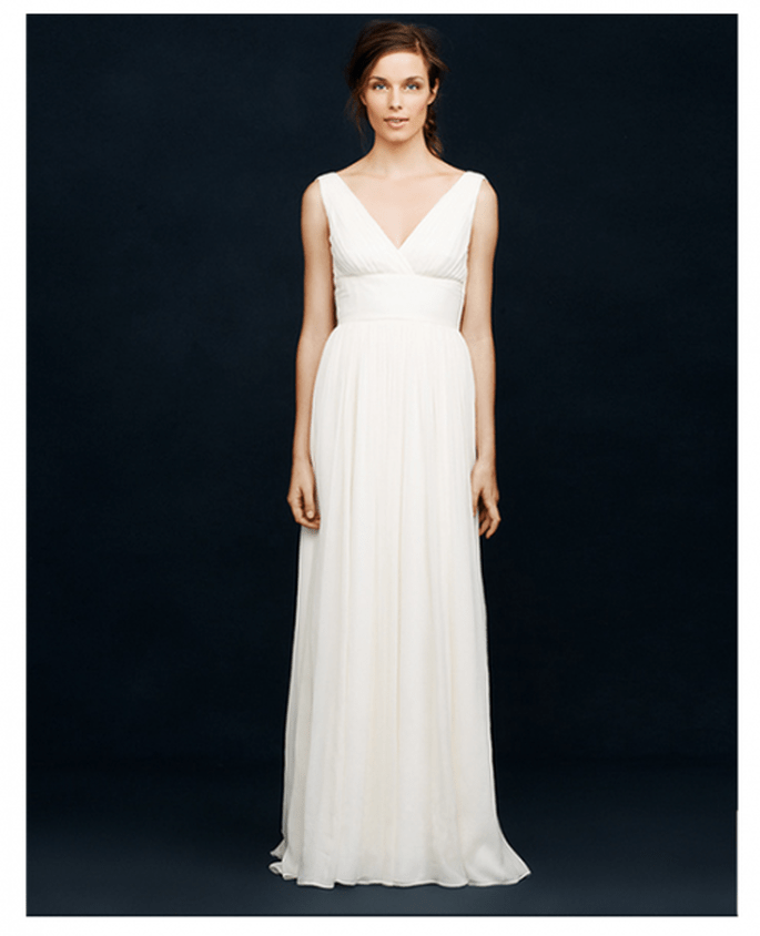 Vestido de novia sencillo con cuello uve pronunciado y falda con caída elegante - Foto JCrew