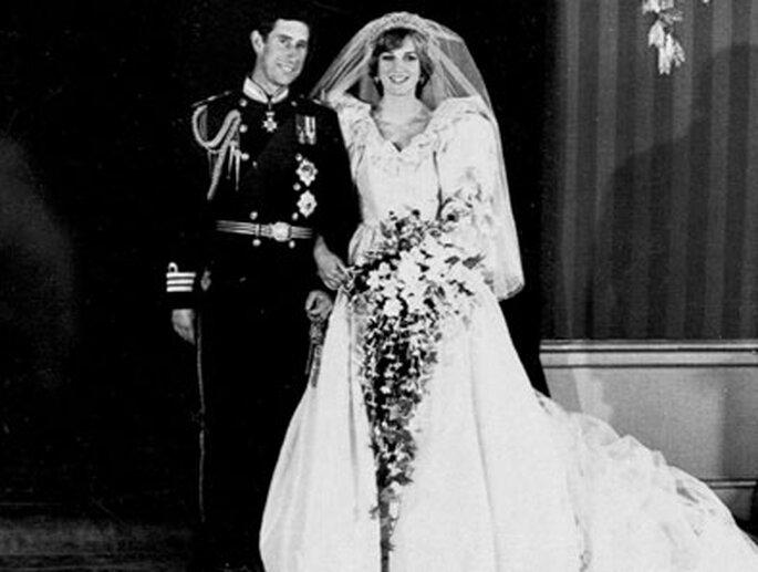 Prinzessin Dianas Kleid wurde von Elizabeth und David Emanuel entworfen, war mit 10.000 in Handarbeit aufgesetzten Perlen und Perlmutt- Pailletten und hatte eine 7,60 Meter lange Seidenschleppe.