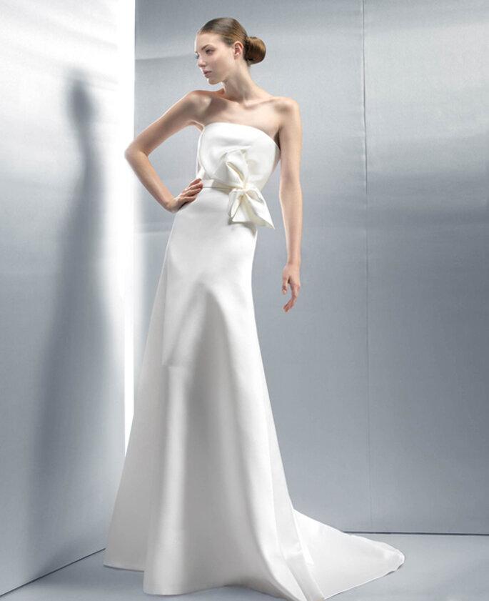 Simplicité et féminité caractérisent cette robe de mariée Jesus Peiro 2012