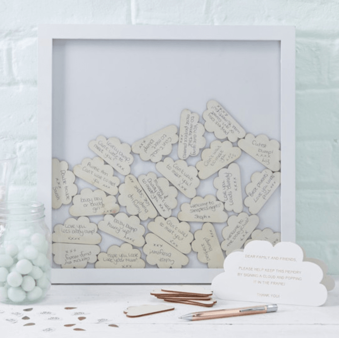 Libro de firmas de madera con nubes