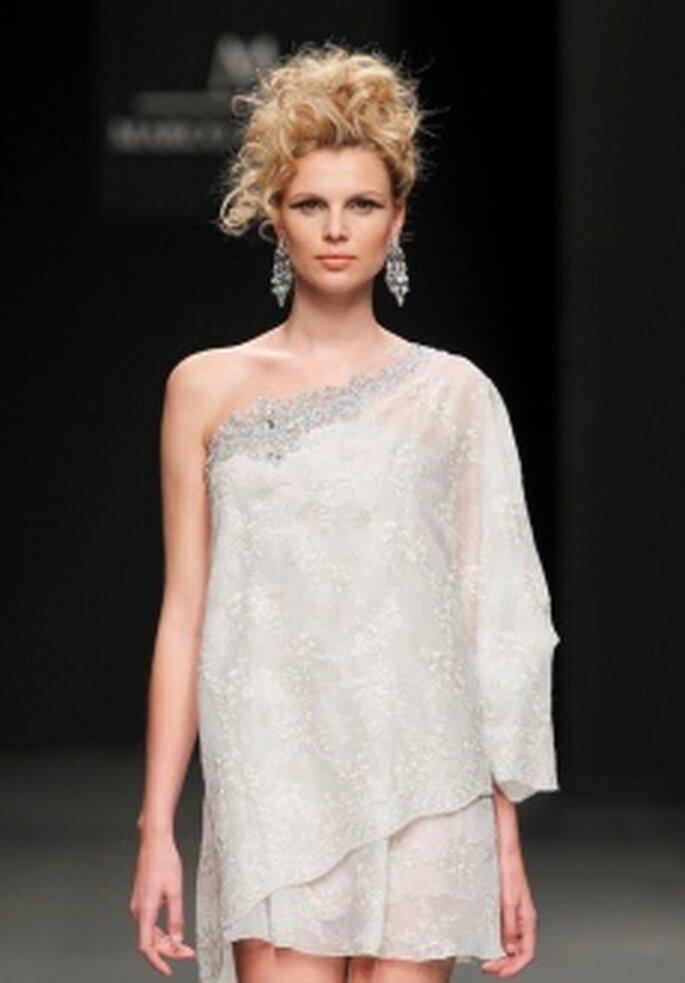 M&M 2011 - Vestido corto en gasa bordada, talle alto, escote transversal, manga larga