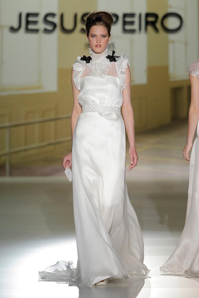 Vestido de novia con toques negros de Jesus Peiró 2014. Foto: Barcelona Bridal Week / Ugo Camera