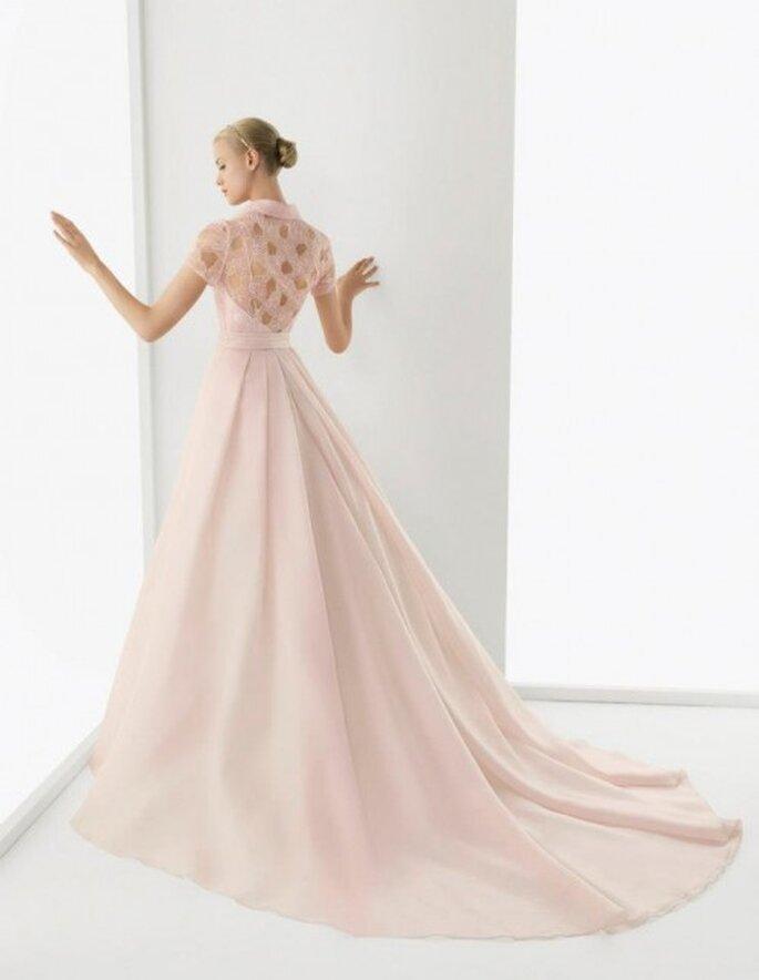 Vestido de novia en color rosa pastel modelo Blonda - Foto Rosa Clará