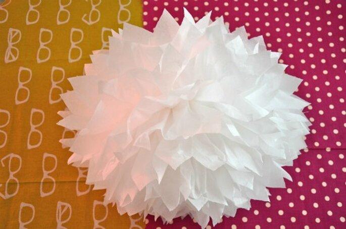 Pompon en papier de soie - Crédit photo : Mariages et Babillages - source : http://www.mariagesetbabillages.com