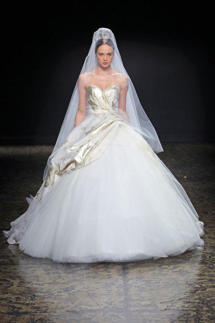 Vestido de novia con silueta peplum - Foto Lazaro