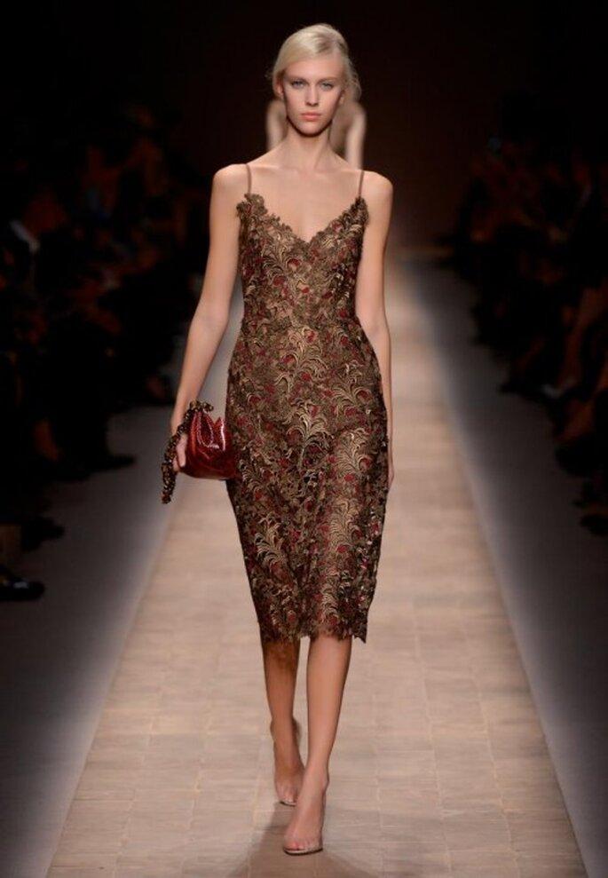 Vestido de fiesta con tirantes discretos y texturas de flores - Foto Valentino