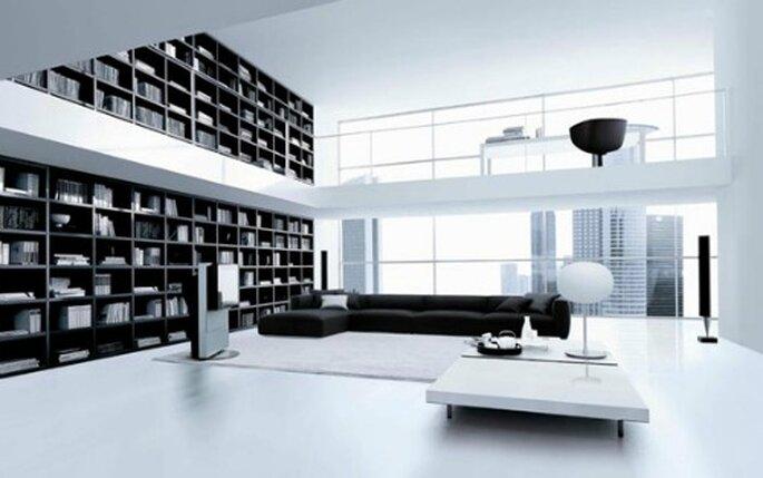 Zona living minimal con libreria a tutta parete di Poliform. Foto www.governarredamenti.it