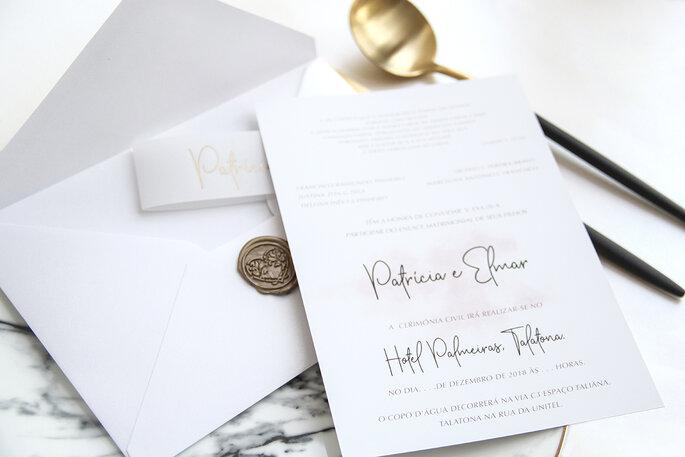 convite de casamento em tons brancos com carimbo lacrado