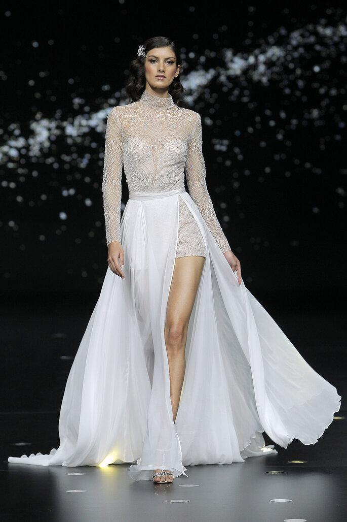 Vestido de novia con sobre falda y abertura profunda