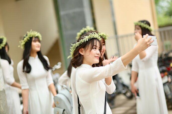 damas de honor con el mismo arreglo floral en peinado de boda