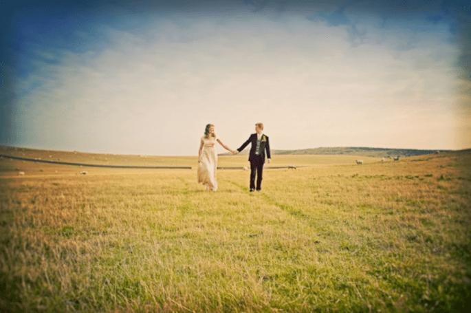 Elige un lindo campo para tu sesión de fotos de boda estilo vintage - Foto Cotton Candy Weddings