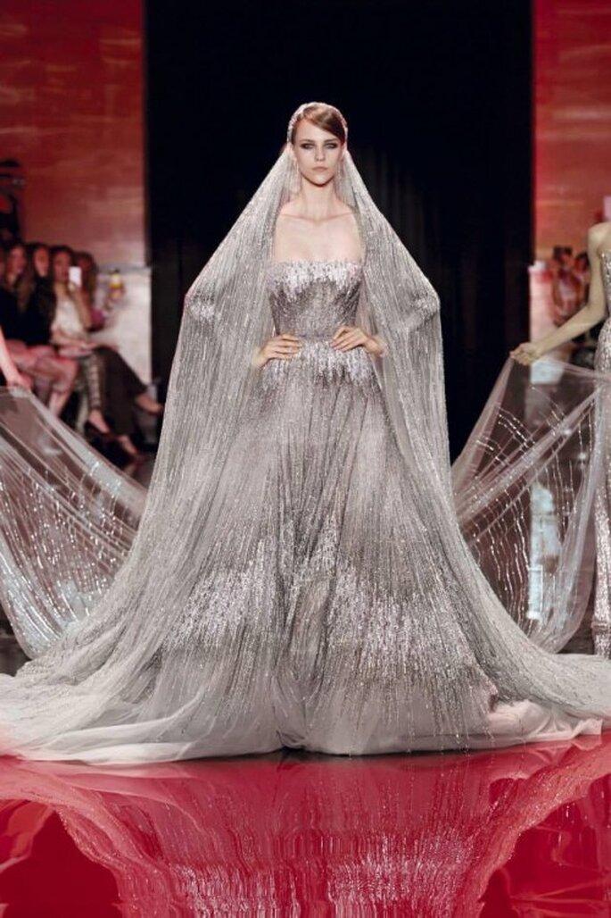 Vestido de novia alta costura con cauda estilo monarca en color metalizado - Foto Elie Saab