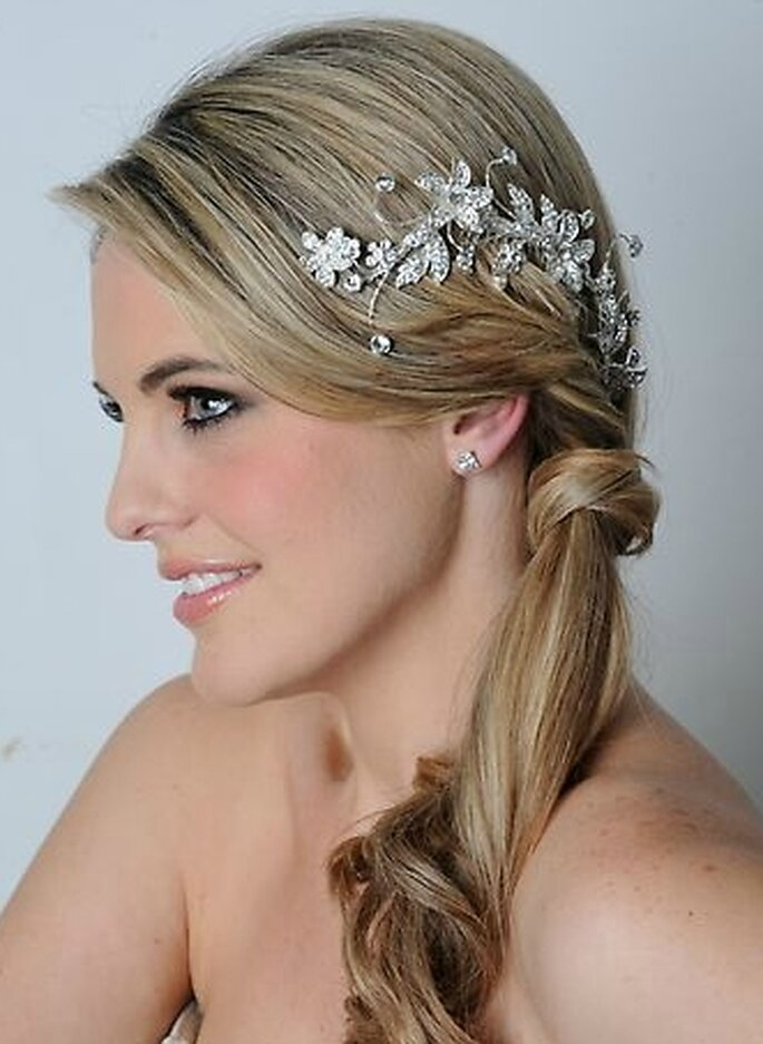 Peinado de novia recogido con tocado griego.
