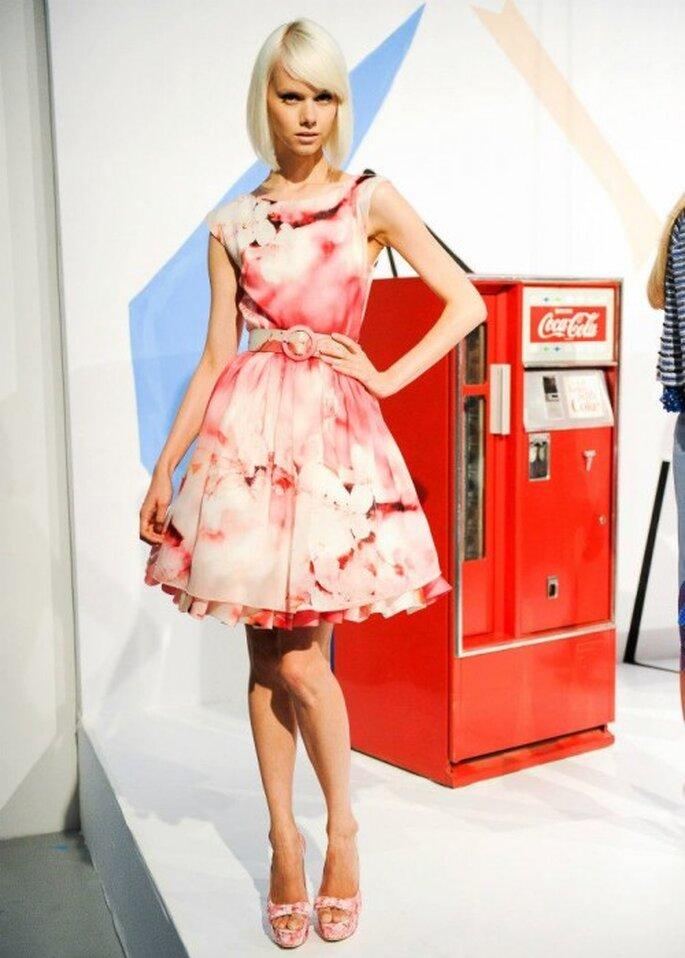 Vestido de fiesta corto en color rojizo con inspiración ti dye y detalle en la cintura - Foto Alice + Olivia