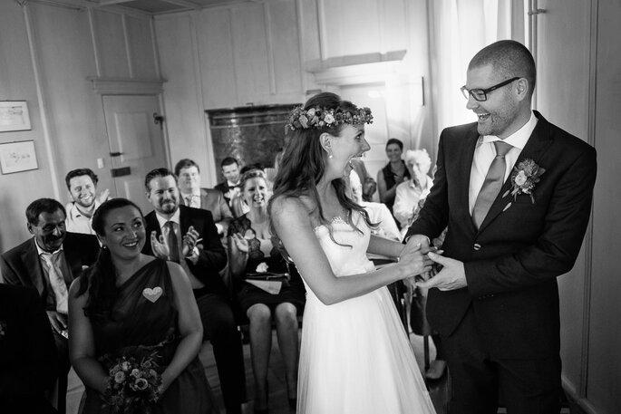 Der Moment, in dem die Anspannung vom Brautpaar abfällt: Das Lachen nach dem Ja-Wort. Foto: Guido Grauer