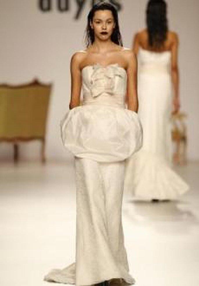 Duyos 2010 - Vestido largo en tafetán, corte ajustado, palabra de honor, detalle floral en busto y sobrefalda corta