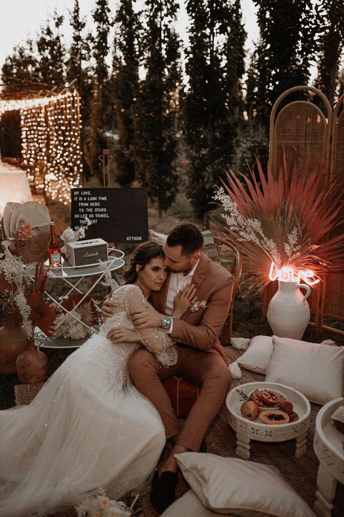 sich umarmendes sitzendes Brautpaar