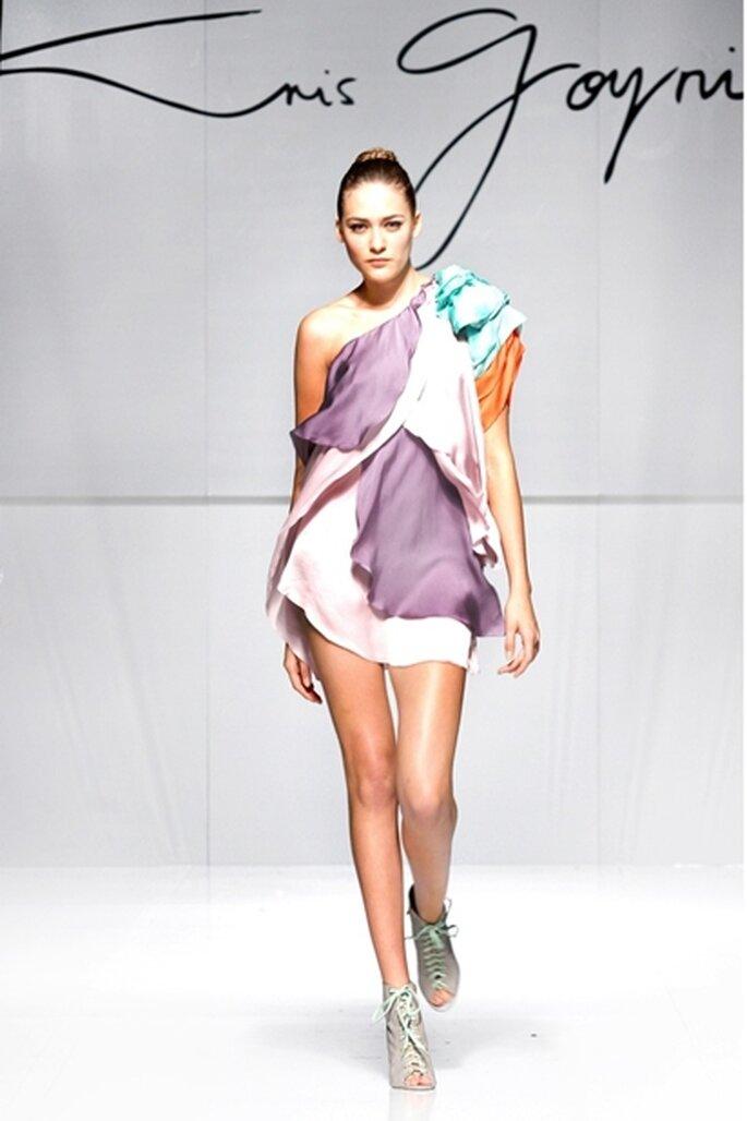 Vestido de fiesta corto a un hombro, diseño de pétalos color lila y uva con detalle floral en contraste con menta y rojo.