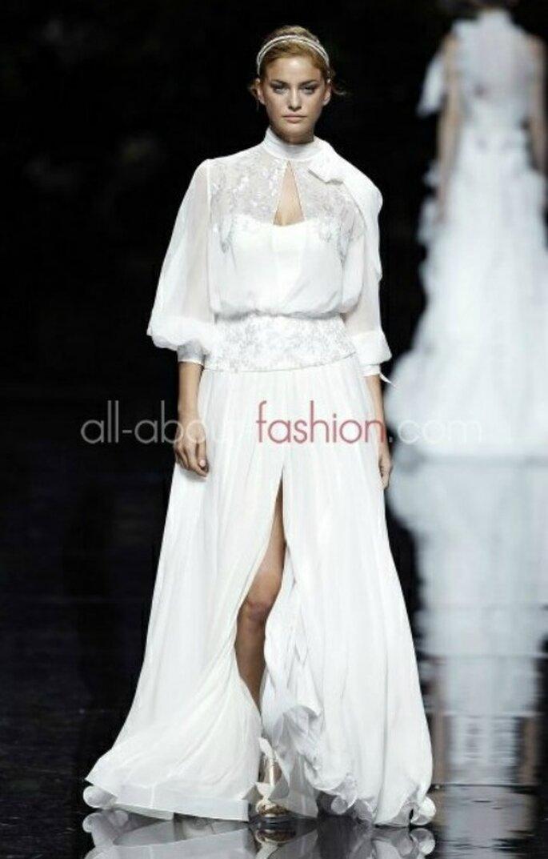 Robe de mariée en mousseline, ouverte à l'avant, manches 3/4 bouffantes et noeud dans le cou. Manuel Mota pour Pronovias 2013 - Photo www.all-about-fashion.com