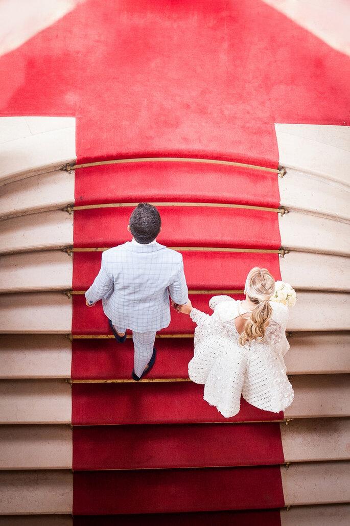 Les mariés montent les marches de la mairie recouvertes d'un tapis rouge