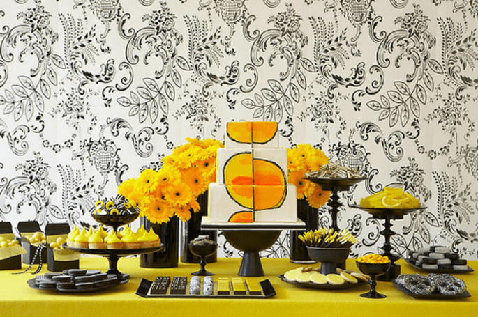 Decoración para mesa de postres en color amarillo limón contrastado con negro - Foto Amy Atlas