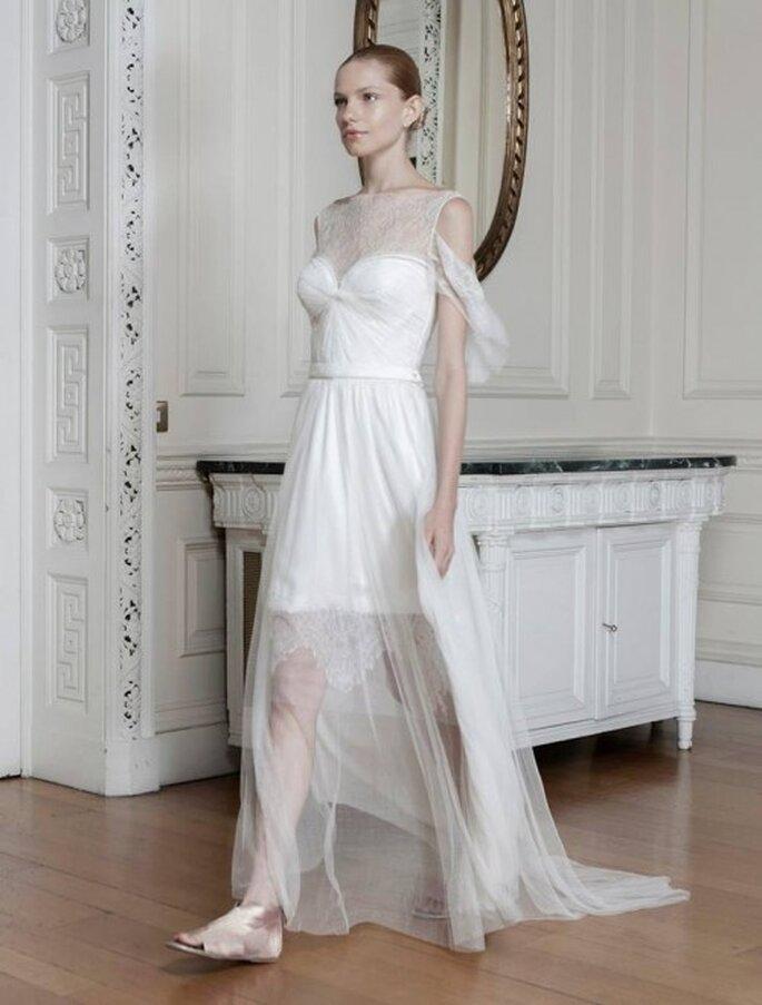 Vestido de novia con cuello ojal estilo ilusión, mangas caídas y textil superpuesto con transparencias - Foto Sophia Kokosalaki