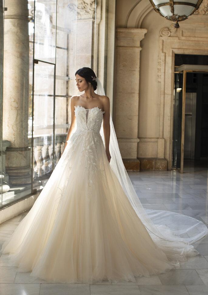 Vestido de noiva caicai com aplicações florais para uma noiva romântica