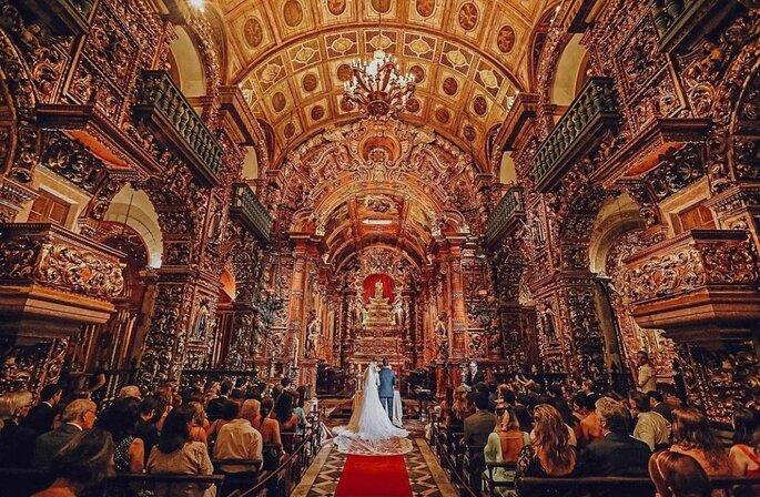 Casalem cerimônia de casamento na igreja católica