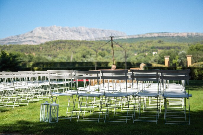 Chaises installées à l'extérieur, dans un parc, face à la montagne, pour la célébration d'une cérémonie laïque