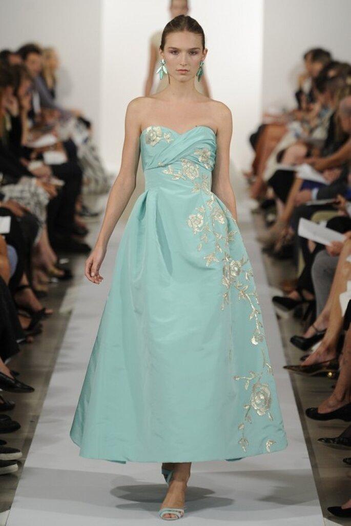 Vestido de fiesta en color baby blue con falda midi y escote strapless corazón - Foto Oscar de la Renta