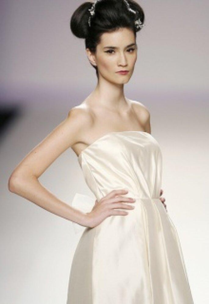 Vestido de novia corto, talle alto, palabra de honor, pliegues verticales centrales