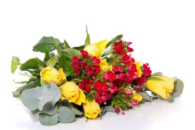 Combina rosas con flores silvestres