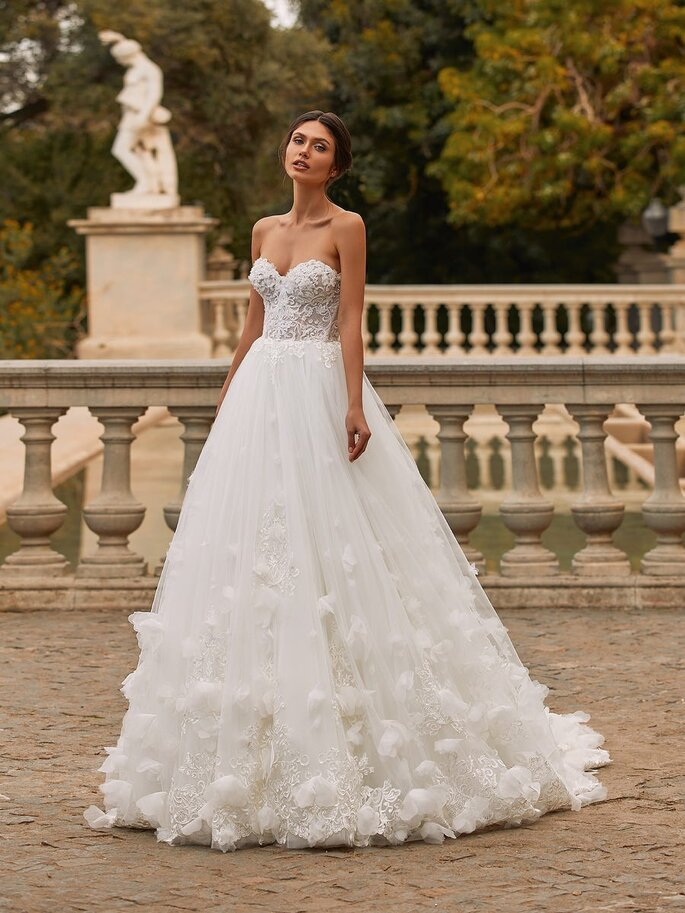 Pronovias Vestido de novia en escote corazónVestido de novia princesa con escote corazón y espalda descubierta en tul bordado