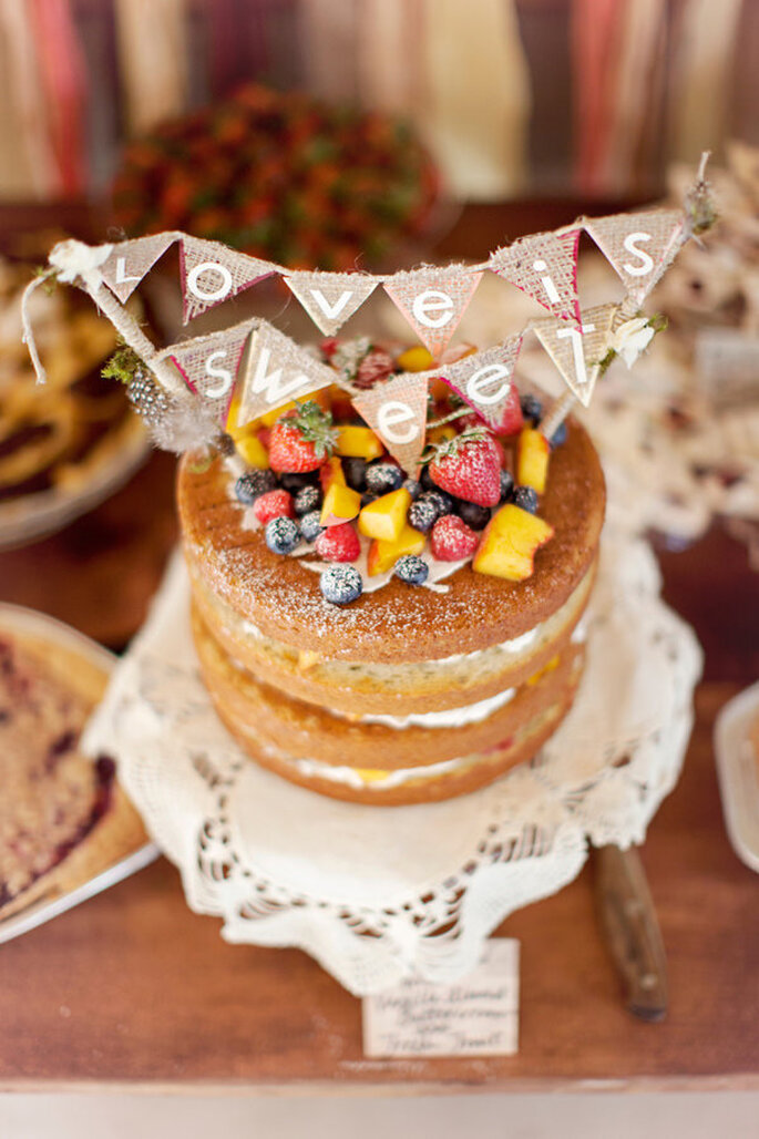 Naked Cake decorado con frutas y benderines. Foto: Glas Jar Photography