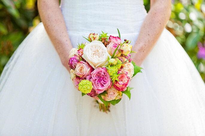 Puedes combinar diferentes colores en el ramo de novia. Foto: 2rings Trouwfotografie