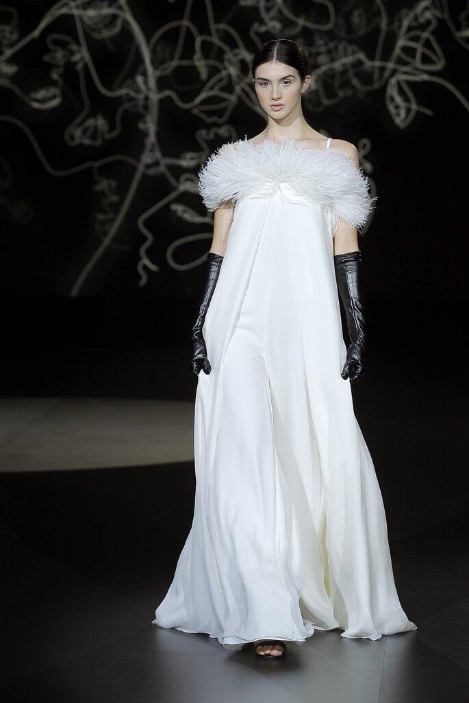 Vestido de novia corte imperial con plumas y tirantes delgados