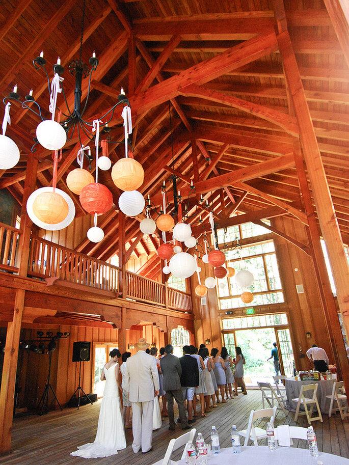 Ideas para la iluminación en una boda country. Foto: Jennifer Yin
