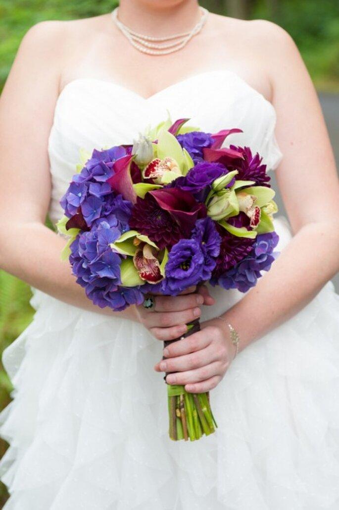 Añádele toques de color púrpura a tu ramo de novia - Foto Melsa Draper